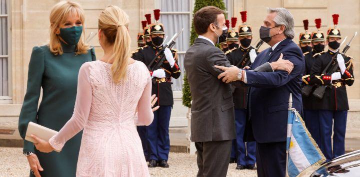El presidente francés, Emmanuel Macron da la bienvenida al presidente de Argentina, Alberto Fernández, mientras que la esposa del presidente francés, Brigitte Macron da la bienvenida a la primera dama Fabiola Yáñez, antes de una reunión para el almuerzo, en el Palacio del Elíseo, en París.