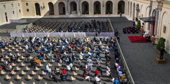 Una vista general muestra al Papa Francisco dirigiéndose a los asistentes en el patio de San Dámaso en el Vaticano, mientras reanuda su audiencia general semanal al aire libre con el público después de una ausencia de seis meses debido a la crisis del coronavirus.