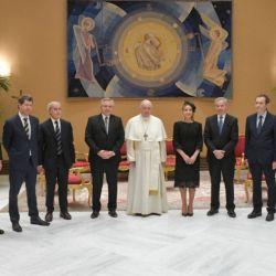 Comitiva oficial junto al Papa Francisco.