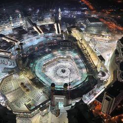 Esta fotografía tomada durante el mes sagrado de ayuno musulmán del Ramadán, desde la Torre del Reloj Real de La Meca del complejo de rascacielos Abraj al-Bait, muestra una vista aérea de los fieles musulmanes alrededor de la Kaaba, el santuario más sagrado de la Gran Complejo de la mezquita en la ciudad santa de La Meca en Arabia Saudita.   Foto:Bandar AL-Dandani / AFP