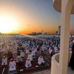 Los fieles musulmanes escuchan el sermón de oración matutina de Eid al-Fitr en el Eid Musalla de Dubai en la zona del antiguo puerto del emirato del Golfo, mientras los musulmanes del otro lado del golbe marcan el final del mes sagrado de ayuno del Ramadán.   Foto:Karim Sahib / AFP