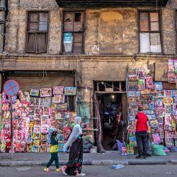 Los fieles musulmanes pasan por delante de una tienda de juguetes después de las oraciones de Eid al-Fitr, que marca el final del mes sagrado de ayuno del Ramadán, en la mezquita de al-Azhar en la capital egipcia, El Cairo.   Foto:Khaled Desouki / AFP