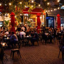 Grecia, Atenas: Los huéspedes se sientan en la terraza de un bar en Atenas. Tabernas, bares y cafés han reabierto en Grecia a medida que el país flexibiliza las medidas impuestas para frenar la propagación de la pandemia de coronavirus.   Foto:Angelos Tzortzinis / DPA