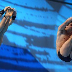 La italiana Maia Biginelli y el italiano Riccardo Giovannini compiten en el evento de salto mixto sincronizado con plataforma de 10 m durante el Campeonato Europeo LEN de Deportes Acuáticos en el Duna Arena de Budapest.   Foto:Attila Kisbenedek / AFP