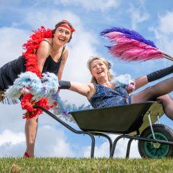 Jessica Fordham y Fiona Fisk juegan con sus divertidos disfraces antes del Harrogate Flower Show Spring Essentials en el Great Yorkshire Showground, mientras el evento se prepara para el público antes de una mayor relajación de restricciones de encierro en Inglaterra.   Foto:Danny Lawson / PA Wire / DPA