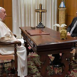 Esta foto muestra al Papa Francisco en una audiencia privada con el presidente Alberto Fernández en el Vaticano.   Foto:Handout / VATICAN MEDIA / AFP