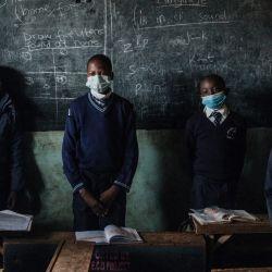Los estudiantes del Centro para niños Miracle and Victory, una escuela primaria privada para huérfanos, se levantan para saludar a su maestro mientras las escuelas reabren después de un receso de 6 semanas siguiendo la directiva del presidente keniano Uhuru Kenyatta para frenar la propagación del coronavirus Covid-19, en Kibera. tugurio, Nairobi.   Foto:Yasuyoshi Chiba / AFP