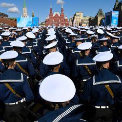 Los marineros rusos se reúnen en la Plaza Roja de Moscú, antes del desfile militar del Día de la Victoria.   Foto:Kirill Kudryavtsev / AFP