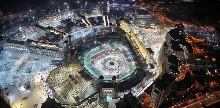Esta fotografía tomada durante el mes sagrado de ayuno musulmán del Ramadán, desde la Torre del Reloj Real de La Meca del complejo de rascacielos Abraj al-Bait, muestra una vista aérea de los fieles musulmanes alrededor de la Kaaba, el santuario más sagrado de la Gran Complejo de la mezquita en la ciudad santa de La Meca en Arabia Saudita.