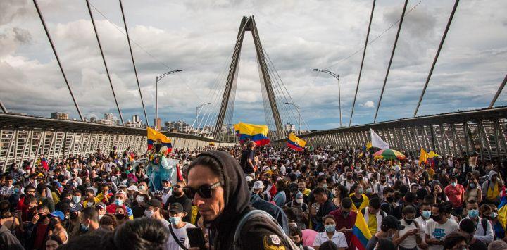 Colombia, Pereira: manifestantes bloquean el viaducto de Pereira donde el manifestante Lucas Villa Vásquez resultó gravemente herido la semana pasada durante una protesta contra el gobierno. Según los informes, el profesor de yoga de 37 años fue alcanzado por ocho balas y ha sucumbido a sus heridas.
