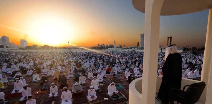 Los fieles musulmanes escuchan el sermón de oración matutina de Eid al-Fitr en el Eid Musalla de Dubai en la zona del antiguo puerto del emirato del Golfo, mientras los musulmanes del otro lado del golbe marcan el final del mes sagrado de ayuno del Ramadán.
