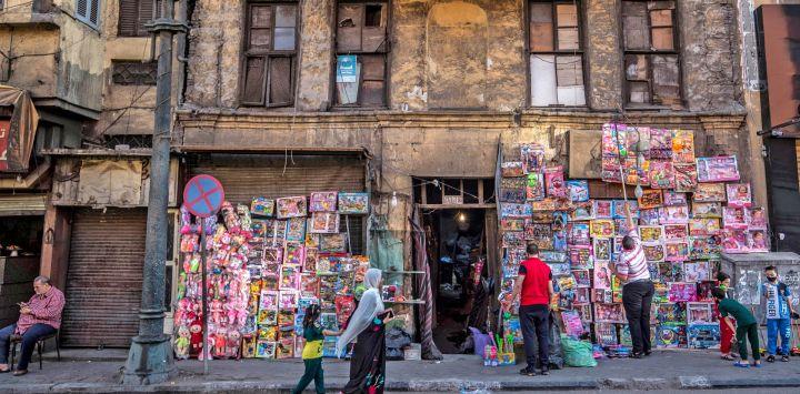 Los fieles musulmanes pasan por delante de una tienda de juguetes después de las oraciones de Eid al-Fitr, que marca el final del mes sagrado de ayuno del Ramadán, en la mezquita de al-Azhar en la capital egipcia, El Cairo.