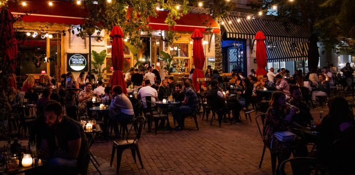 Grecia, Atenas: Los huéspedes se sientan en la terraza de un bar en Atenas. Tabernas, bares y cafés han reabierto en Grecia a medida que el país flexibiliza las medidas impuestas para frenar la propagación de la pandemia de coronavirus.