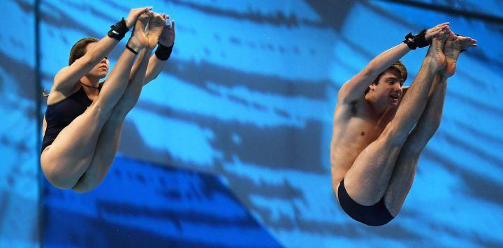 La italiana Maia Biginelli y el italiano Riccardo Giovannini compiten en el evento de salto mixto sincronizado con plataforma de 10 m durante el Campeonato Europeo LEN de Deportes Acuáticos en el Duna Arena de Budapest.