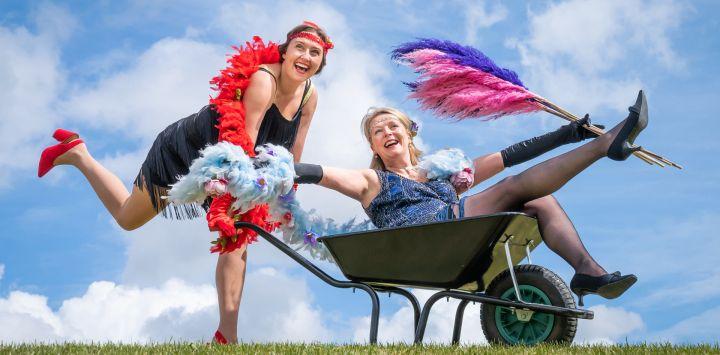 Jessica Fordham y Fiona Fisk juegan con sus divertidos disfraces antes del Harrogate Flower Show Spring Essentials en el Great Yorkshire Showground, mientras el evento se prepara para el público antes de una mayor relajación de restricciones de encierro en Inglaterra.