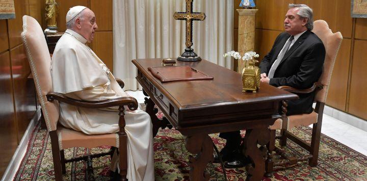 Esta foto muestra al Papa Francisco en una audiencia privada con el presidente Alberto Fernández en el Vaticano.