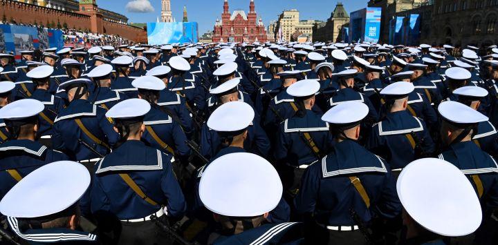 Los marineros rusos se reúnen en la Plaza Roja de Moscú, antes del desfile militar del Día de la Victoria.
