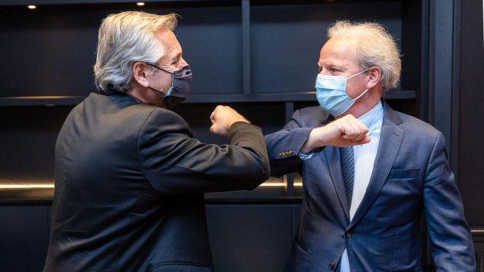 El saludo del presidente Alberto Fernández y Axel van Trotsenburg, director gerente de operaciones del Banco Mundial.