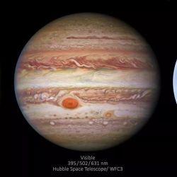 Si miramos bien, la Gran Mancha Roja se destaca en las imágenes visible y ultravioleta.