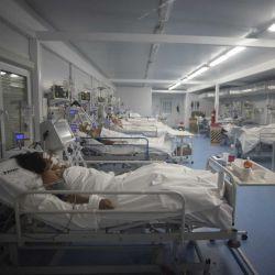 Pacientes en estado crítico permanecen intubados por Covid- 19 en el Hospital Modular de Lomas de Zamora en Buenos Aires, Argentina, mayo del 2021. | Foto:Mario Defina