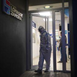 Un camillero se retira luego de haber trasladado a un paciente en el Hospital de Lavallol Dr. Norberto Piacentini en Buenos Aires, Argentina, mayo del 2021. | Foto:Mario Defina