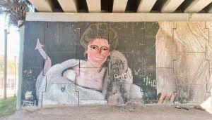 El mural de la tapa de María Julia Alsogaray está pintado bajo un puente en Tigre