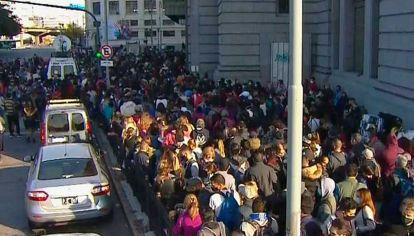 La entrada de Constitución sobre la calle Brasil, con una multitud apiñada este viernes 14 de mayo frente a las puertas cerradas.