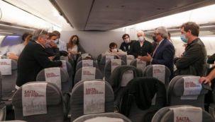 El presidente Alberto Fernández, hablando con los periodistas que acompañaron la gira poco antes de emprender el regreso a Buenos Aires.