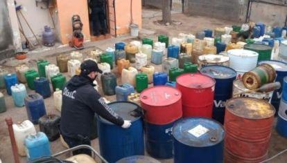 HURTO HORMIGA. Los camiones que transportaban combustibles hacia distintas estaciones de servicio eran desviados y descargaban en cada caso, entre 300 y 400 litros, en bidones que luego se vendían.
