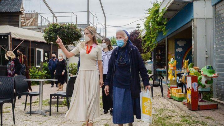Fabiola Yáñez se reunió con la sobrina de una de las monjas francesas desaparecidas