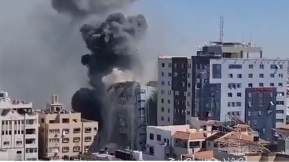 El edificio Aljala, en Gaza, recibió un misil israelí y se derrumbó poco después.