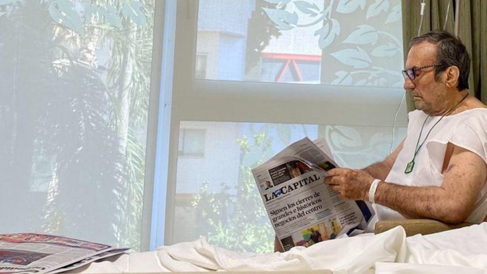 Carlos Reutemann, leyendo el diario rosarino La Capital en el Sanatorio Parque.