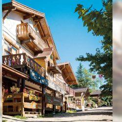 La arquitectura alpina crea un ambiente de cuento de hadas.