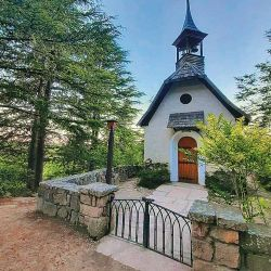 La capilla ecuménica aislada de todo.