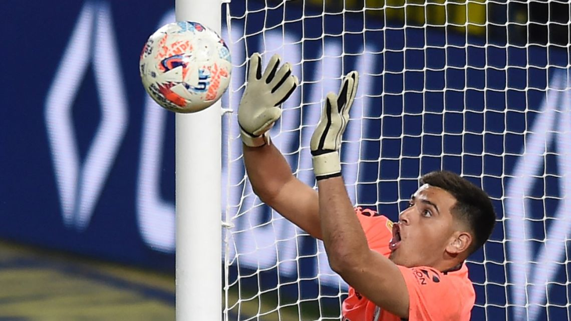 River Plate's goalkeeper Alan Díaz stops Boca Juniors Colombian Edwin Cardona's shot during the penalty shoot-out after tying 1-1 in their match at La Bombonera stadium in Buenos Aires, on May 16, 2021.