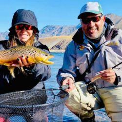 Es una pesca en un ámbito soñado lleno de montañas, cumbres nevadas, riscos y atardeceres de postal.