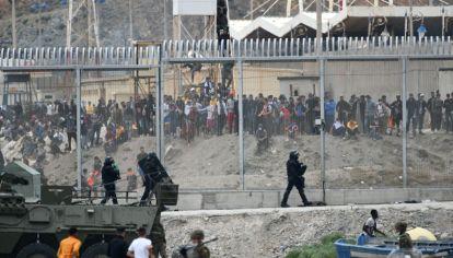 Cientos de marroquíes se agolpan frente a las vallas que separan a Marruecos del enclave español de Ceuta.