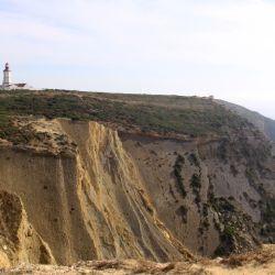 El faro del Cabo Espichel domina sobre los acantilados. Foto: Manuel Meyer/dpa