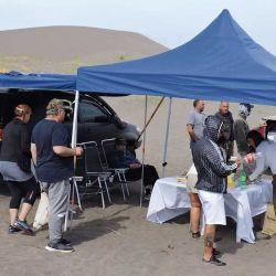 Almuerzo de travesía en medio de la más plena soledad de las dunas, siguiendo los protocolos del Covid.