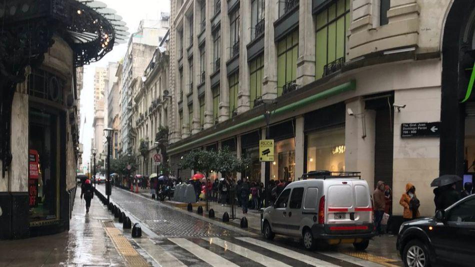 Larga fila en Falabella para ingresar a comprar los últimos productos.