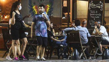 Sólo con delivery. Los bares y restaurantes podrán trabajar con envíos a domicilio.