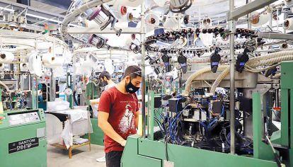 Impacto positivo en el empleo. Las industrias encienden poco a poco los motores de la economía en la Argentina.
