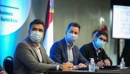 TRIDENTE. Calvo, Torres y Cardozo, el vicegobernador y los ministros, el viernes por la noche.
