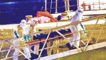 Tragedia. Traslado de uno de los 24 migrantes fallecidos en un cayuco.