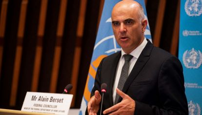 El ministro suizo de Salud, Alain Berset, acaba de anunciar en Ginebra, al iniciarse este 24 de mayo laAsamblea Anual de la Organización Mundial de la Salud (OMS) que el gobierno helvéticoenvió al parlamento federal el pedido de autorización para donar 300 millones de dólaresal mecanismo Covax de la OMS.