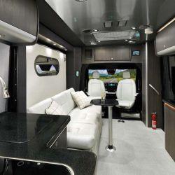 El Atlas Touring Coach 2021 también tiene otras particularidades, los asientos delanteros se pueden girar formar una amplia zona de descanso junto a un sillón de tres cuerpos.