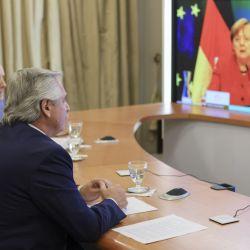 Alberto Fernández en teleconferencia con Angela Merkel.