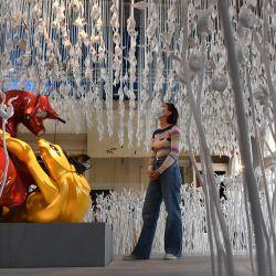 Una mujer mira una instalación de la artista australiana Patricia Piccinini en la estación de Flinders Street durante el lanzamiento del festival cultural RISING en Melbourne. | Foto:William West / AFP
