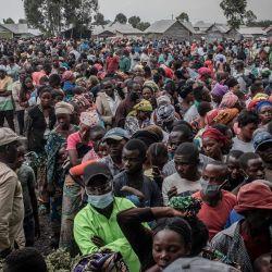 Los residentes desplazados por la erupción volcánica del monte Nyiragongo esperan registrarse para recibir ayuda distribuida por un político y empresario local en Goma. | Foto:Guerchom Ndebo / AFP
