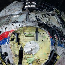Esta fotografía muestra los restos reconstruidos del vuelo MH17 de Malaysia Airlines, en la base aérea de Gilze-Rijen, en el sur de los Países Bajos. - Los jueces inspeccionan los restos del vuelo MH17 como parte del juicio penal de cuatro sospechosos. | Foto:Peter Dejong / POOL / AFP